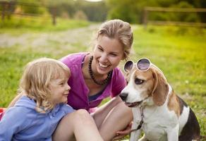 famiglia con cane foto