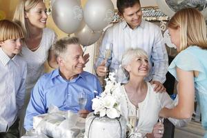 famiglia che ha una festa foto