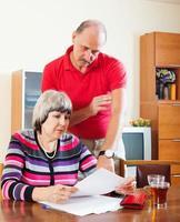 coppia calcolando il bilancio familiare foto