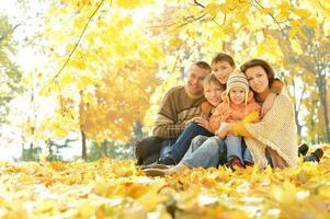 famiglia felice nella foresta d'autunno