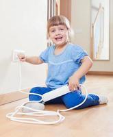 bambino che gioca con l'elettricità foto