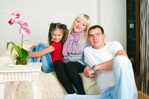 famiglia felice in attesa del secondo figlio foto