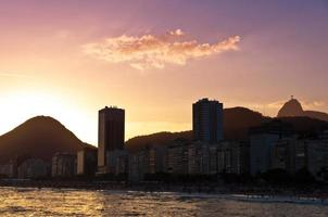 spiaggia di copacabana al tramonto, rio de janeiro, brasile foto