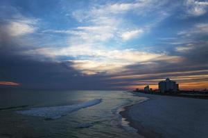 spiaggia al calare del sole foto