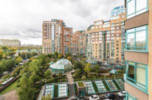 costruzioni di appartamento moderne nella vista superiore di Mosca foto