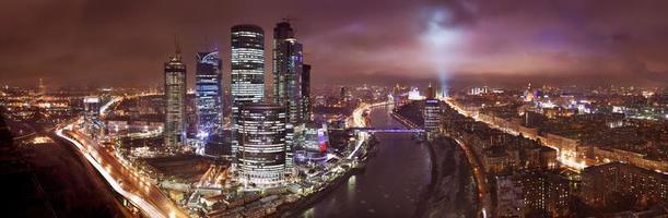 vista panoramica di uno skyline della città di Mosca di notte foto