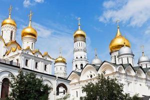 cupole d'oro delle cattedrali del Cremlino di Mosca foto