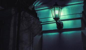 Lanterna vintage su pilastro di pietra foto