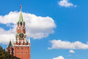 Torre Spasskaya del Cremlino di Mosca e del cielo blu foto