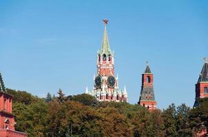 Cremlino della torre di Mosca sullo sfondo degli alberi di autunno, la Russia