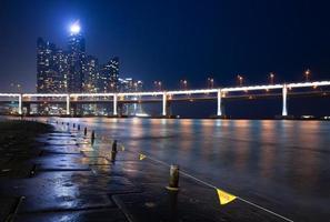 vista notturna dei grattacieli di haeundae, busan foto