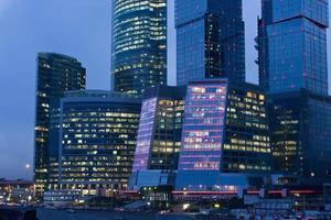 grattacieli di notte foto