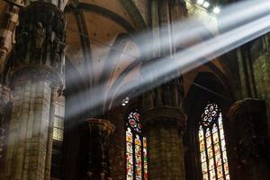 il fascio luminoso luminoso all'interno della cattedrale di milano, italia