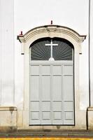 italia lombardia nel vecchio paveme porta della chiesa di milano foto