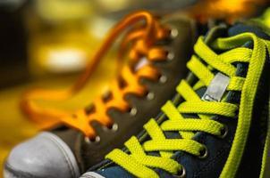 particolare di scarpe colorate