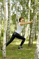 giovane donna che si esercita nel parco foto