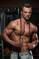 uomini muscolosi belli con la corda per saltare foto