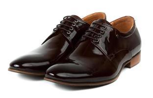 paio di scarpe marroni da uomo foto