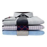pila di camicie da uomo classiche e cravatte, vista frontale