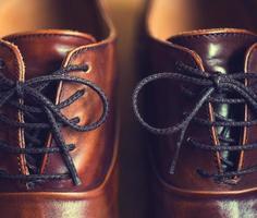 Close up di scarpe da uomo in pelle marrone foto