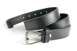 cintura nera degli uomini isolata su fondo bianco foto