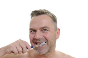 uomo carismatico che si pulisce i denti foto