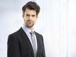 Ritratto di giovane uomo d'affari fiducioso foto