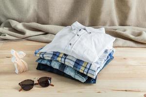 set di vari abiti e accessori per uomo