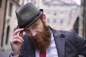 uomo barbuto alla moda