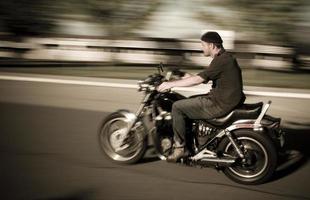 uomo in moto foto