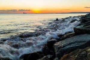 nave e tramonto foto