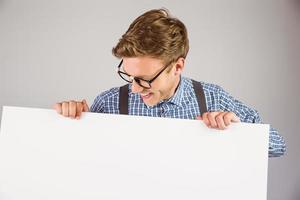 hipster geek che mostra una carta foto