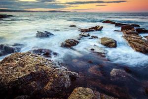 vista sul mare al tramonto. foto