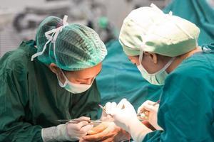 giovane chirurgo femmina facendo operazione foto