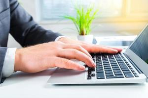 donna. mani femminili sulla tastiera foto