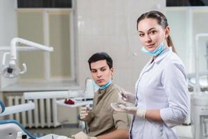 dentista che cura una paziente foto
