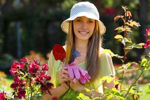 fioristi femminili sorridenti nel lavoro del grembiule foto