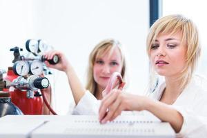 ricercatrici in un laboratorio di chimica foto
