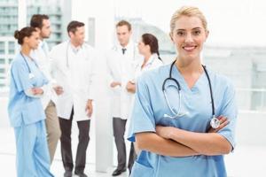 ritratto di un medico femmina fiducioso sorridente