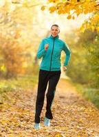 modello di fitness femminile allenamento fuori e in esecuzione foto