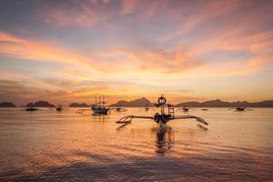 filippine barche al tramonto foto