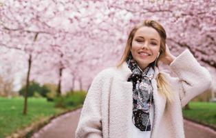 giovane femmina al parco di fiori di primavera
