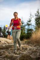 bella, escursionista femmina che va in discesa