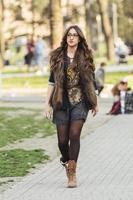giovane femmina adulta a piedi nel parco foto