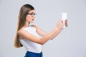 adolescente femminile che per mezzo del computer della compressa foto
