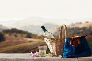 picnic per una persona in un paesaggio mediterraneo