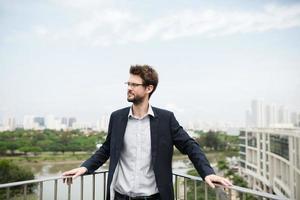 uomo d'affari sul balcone foto