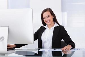 donna di affari che utilizza computer nell'ufficio foto