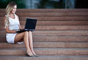 giovane imprenditrice attraente con un notebook foto
