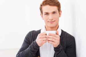 rilassarsi con una tazza di caffè fresco. foto